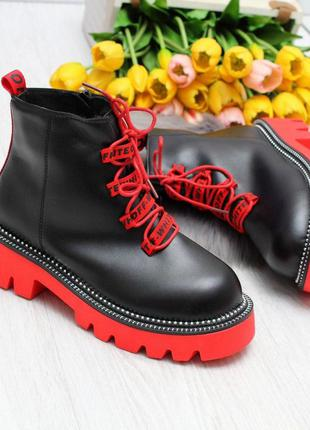 Модные зимние черные женские ботинки с ярким декором  код 7493