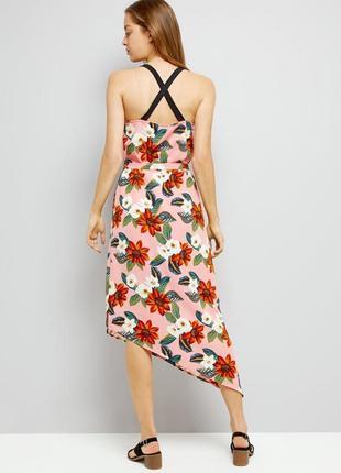 Актуальное платье миди разной длины в цветах с переплетом на с...