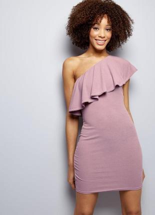 -70%! нежное трикотажное платье по фигуре с воланом на одно плечо