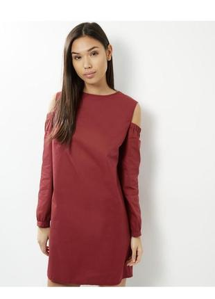 Актуальное безумно стильное платье рубашка с вырезом на плечах...