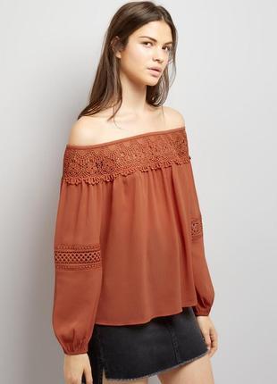 Нежная блуза с открытыми плечами и кружевом, свободная с длинн...