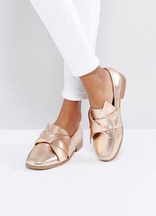 Нереальные туфли на низком каблуке, лоферы металлик с бантом, ...