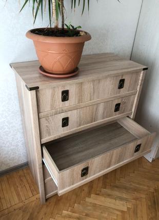 Набор мебели для спальни (комод , кровать ,стол)