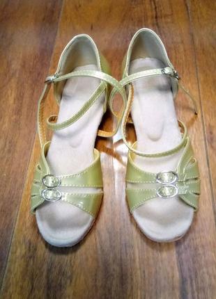 Бальные туфли на девочку золотистого цвета на каблучке  р. 30