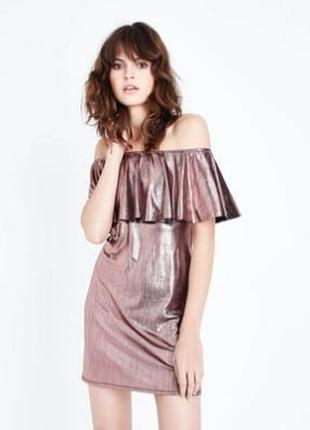 Нарядное стильное платье металлик с открытыми плечами и волано...