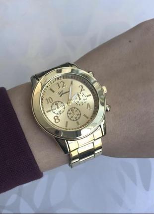Женские наручные часы на браслете золотые