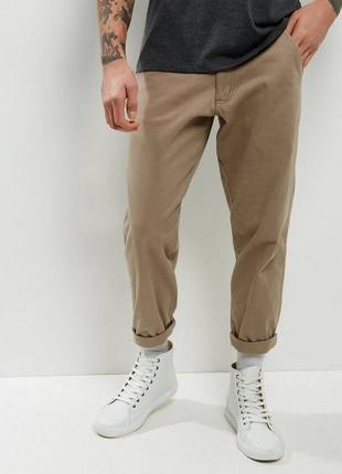 Укороченные мужские брюки чиносы