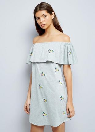 Трикотажное платье с открытыми плечами, с воланом, с вышивкой