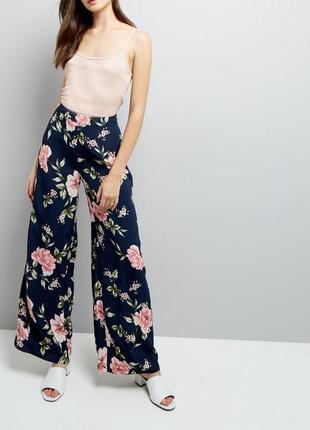Стильные брюки из вискозы с цветочным принтом