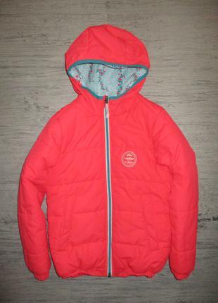 Тепленькая яркая двухсторонняя курточка фирмы Decatlon на 8-9 лет