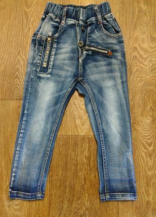 Модные джинсы для мальчика в хорошем состоянии