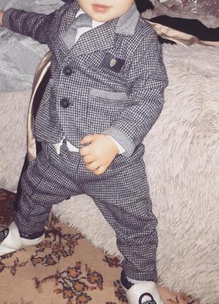 Костюм серый с пиджаком на мальчика 6 мес.