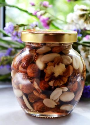 Смесь орехов в акациевом меду.