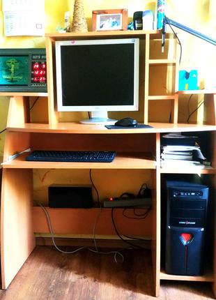 Компьютерный письменный стол с полками