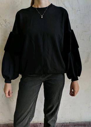 Свободный свитшот черного цвета с рукавами фонариками и мехом