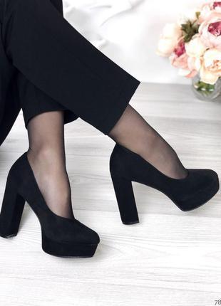 Чёрные замшевые туфли на высоком каблуке и платформе