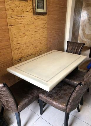 Кухонний мраморний стіл та стільці з натурального дерева