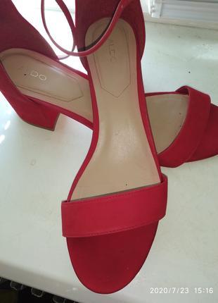 Босоножки ALDO Jerayclya Red Suede 750 грн.