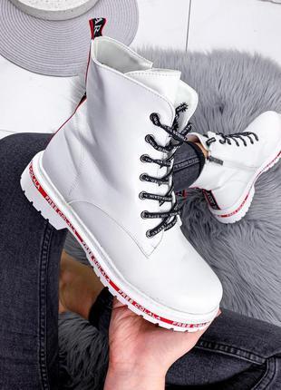 Белые зимние женские ботинки с красной полоской на подошве