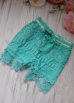 Невероятно красивые,  выбитые женские шорты.  размер м-l.