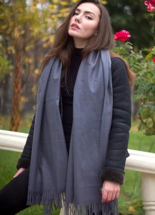 Теплый женский шарф палантин серый с бахромой