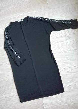 Красивое черное платье с расшитыми рукавами