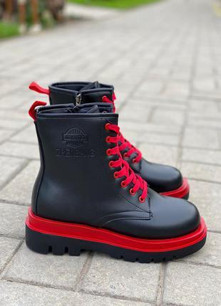 Модные женские зимние ботинки с красным декором