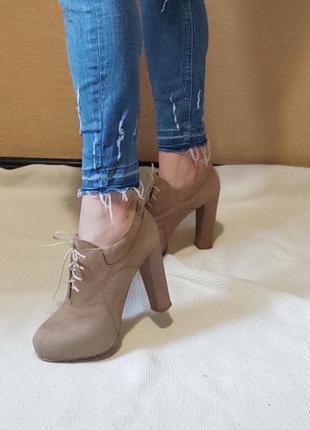Замшевые туфли ботильоны ина шнурках и высоком каблуке