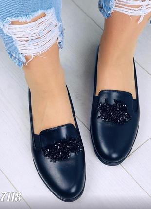 Мягкие черные балетки с брошью на низком каблуке