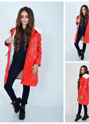 Демисезонная женская куртка красного цвета из латекса с меховой п