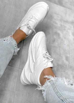 Белые кроссовки на волнистой подошве