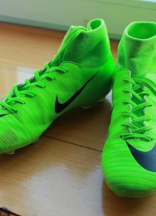 Яркая футбольная детская обувь nike