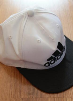 Стильная бело-черная кепка adidas