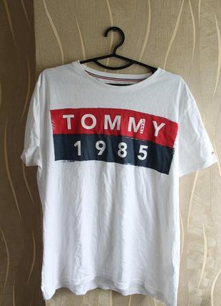 Непревзойденная мужская футболка с большим лого tommy hilfiger