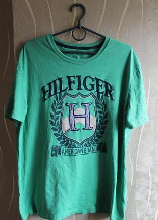Стильнвя футболка с большым лого на груди tommy hilfiger