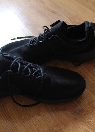 Популярные легкие невисомые унисекс черные кроссовки nike rosh...
