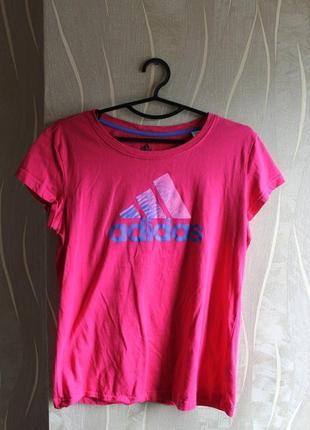 Привлекательная женская яркая футболка с большым лого adidas p...