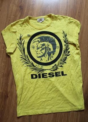 Красивенькая футболка с большим лого на груди лимонного цвета ...
