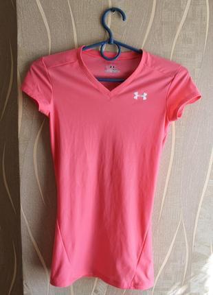 Яркая бледо-розовая нежная футболка для спортивных тренеровок ...