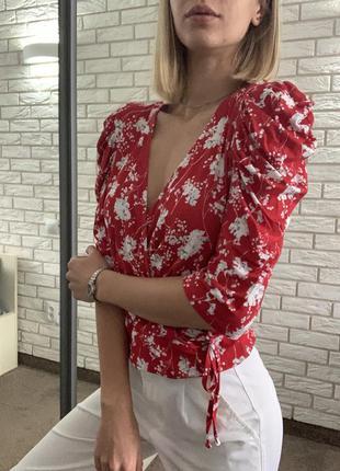 Червона блуза з широкими плечима