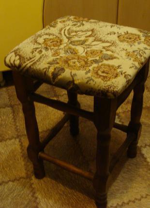 Табурет деревянный с мягким сиденьем в хорошем состоянии,