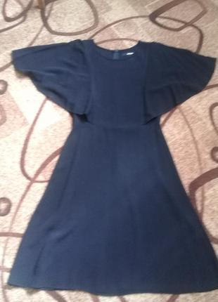 Красивое черное платье bikbok c рукавами крыльями