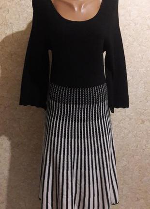 Трикотажное платье с черным топом и расклешенной юбкой