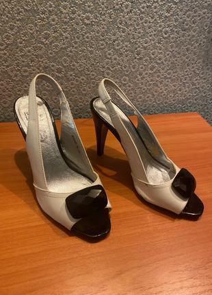 Лаковые черно-белые босоножки на высоком каблуке