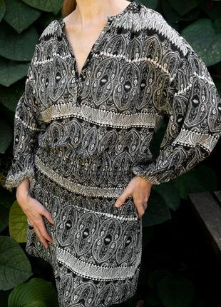 Черно-белое платье-туника с узором пейсли (огурцы) без шнуровки