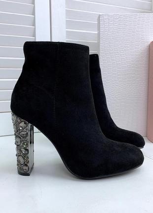Замшевые осенние ботинки на широком высоком каблуке, усыпанном...