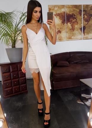 Белое платье с ассиметричной юбкой кружевной отделкой