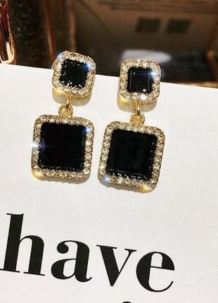 Маленькие стильные серьги черные квадраты