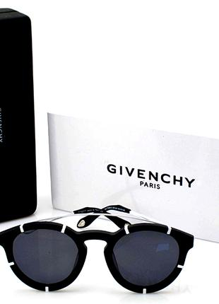 Круглые солнцезащитные очки.