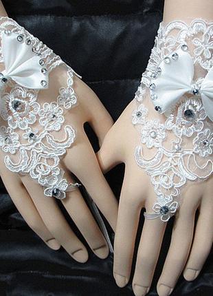 Кружевные перчатки через палец украшены бантом и стразами